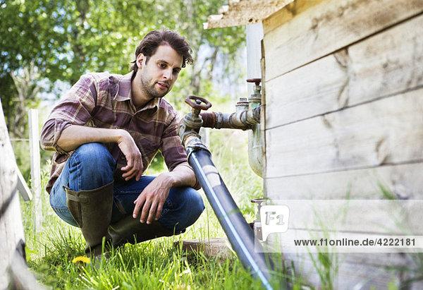 Mann schaut auf die Wasserpfeife