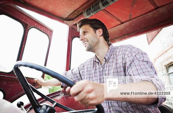 Mann fährt Traktor
