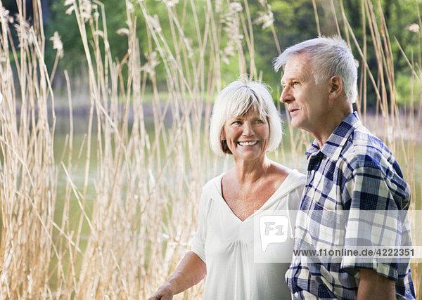 Altes Paar auf einem Spaziergang