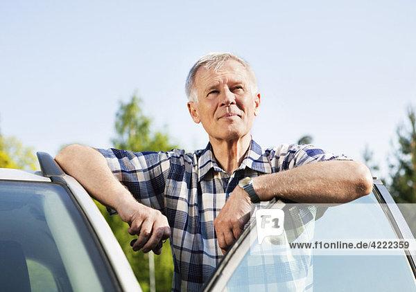 Mann mit Autotür Mann mit Autotür