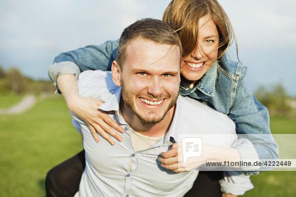 Mann mit Frau auf dem Rücken