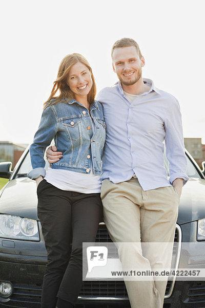 Mann und Frau vor dem Auto