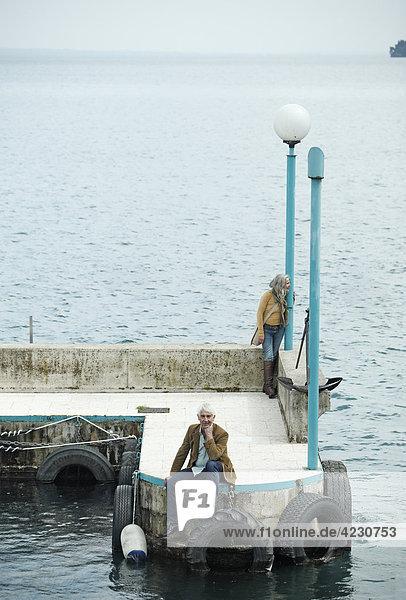 Seniorenpaar auf einem Kai  Italien  Gardone Riviera