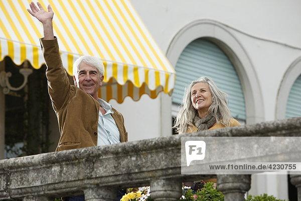 Lächelndes Seniorenpaar hinter einem Geländer  Italien  Gardone Riviera