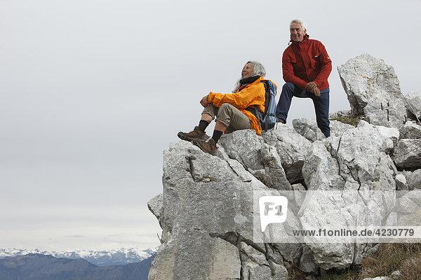 Seniorenpaar auf dem Gipfel eines Berges  Italien  Monte Baldo