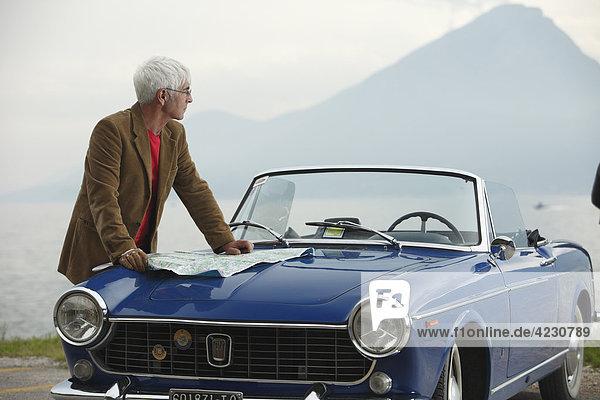 Senior mit Cabrio am Meer  Italien  Gardasee Ostufer