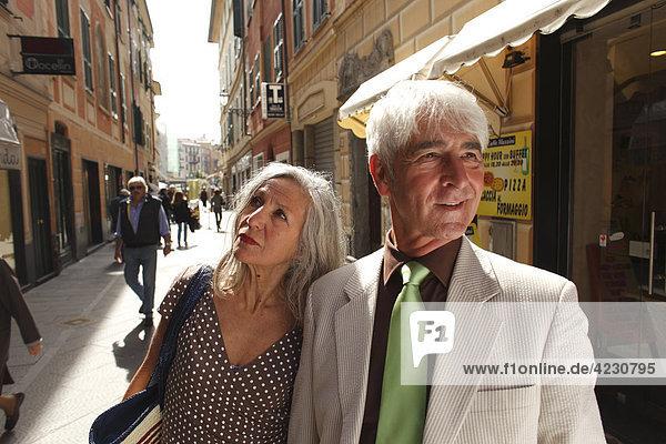 Seniorenpaar macht einen Stadtbummel  Italien  Rapallo