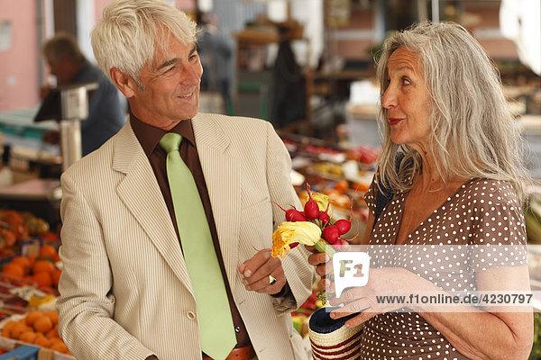 Seniorenpaar auf einem Gemüsemarkt  Italien  Rapallo