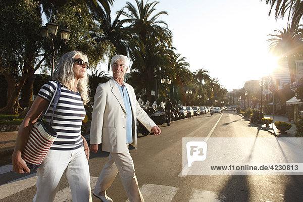 Seniorenpaar überquert eine Straße  Italien  Rapallo