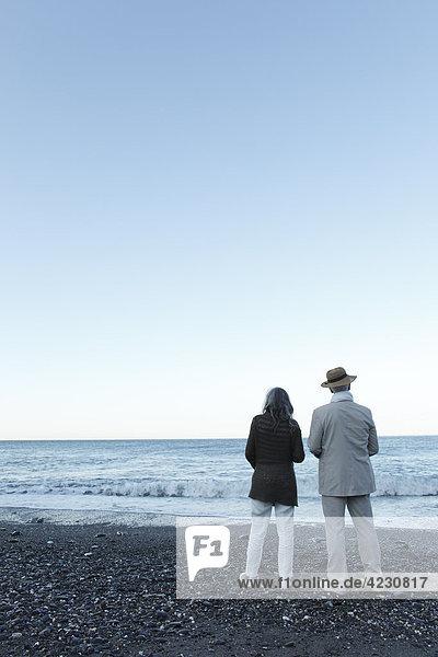 Seniorenpaar am Strand  Italien  Sori