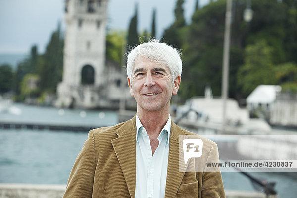 Lächelnder Senior im Freien  Italien  Gardone Riviera  Gardasee