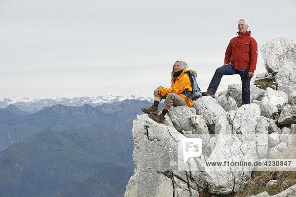 Seniorenpaar auf dem Gipfel eines Berges  Italien  Monte Baldo  bei Malcesine