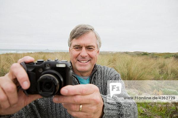 Mann im Freien mit Kamera