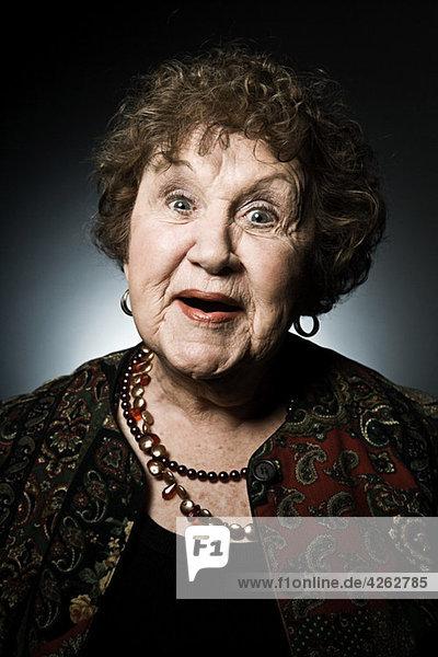 Studio-Porträt einer älteren Frau