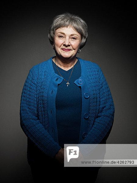 Stuido Porträt einer fröhlichen Seniorin