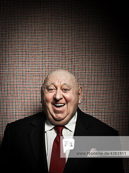 Senior Mann gegen Hahnentritt-Hintergrund  mit passendem Taschentuch
