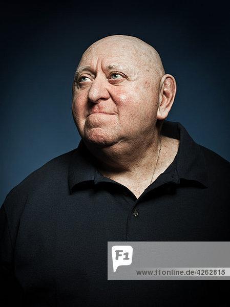 Studio-Porträt eines älteren Mannes