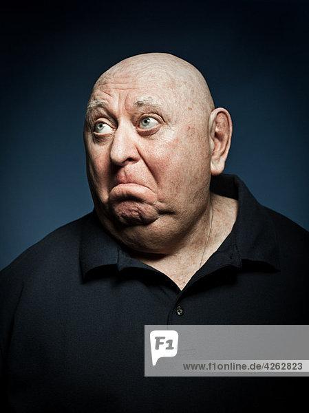 Studio-Porträt eines traurigen älteren Mannes