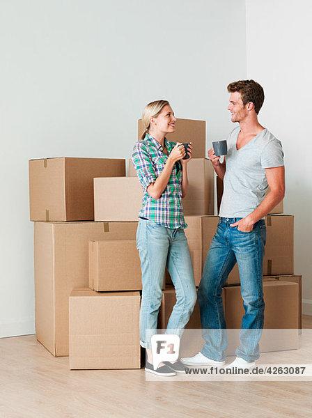Junges Paar macht Pause vom Auspacken