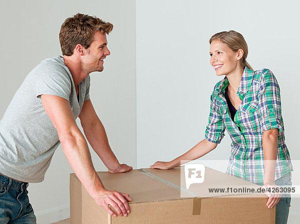 Junges Paar mit Pappschachtel