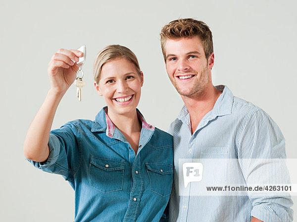 Junges Paar mit Hausschlüssel