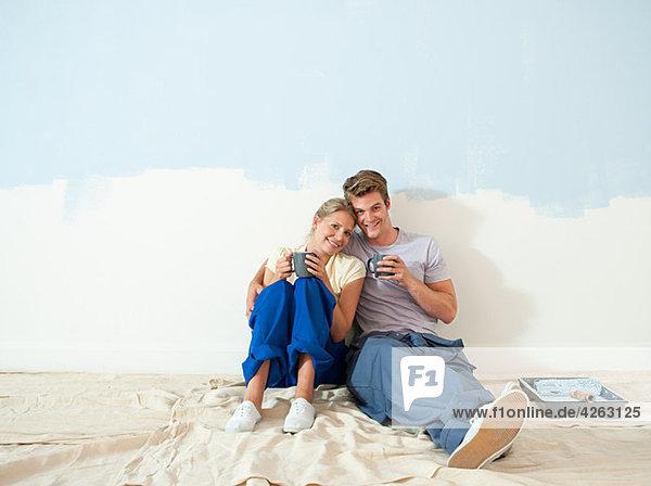Junges Paar macht Pause vom Dekorieren