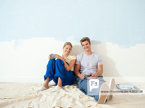 Junges Paar macht Pause vom Malen