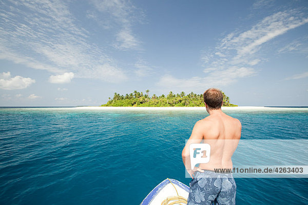 Mann mit Boot  Insel Baughagello  Südliches Huvadhu Atoll  Malediven