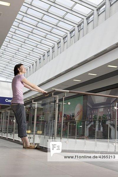 Junge Frau im Einkaufszentrum Voronezh