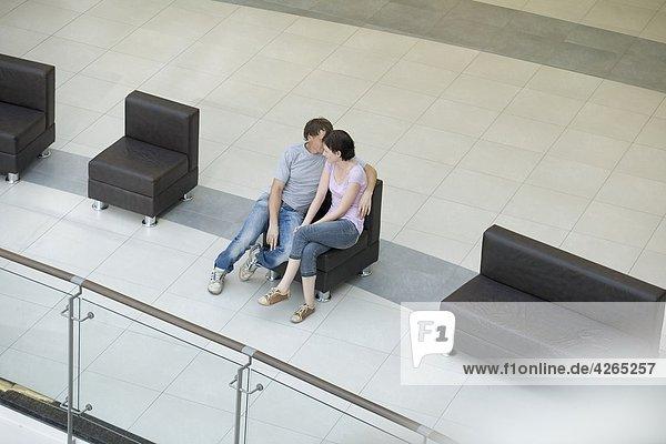 Junges paar sitzen zusammen in neue Shopping-Mall Voronezh