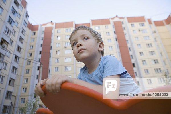 Kleiner Junge in Spielplatz Kleiner Junge in Spielplatz