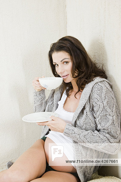 Schwangere Frau trinkt Tee