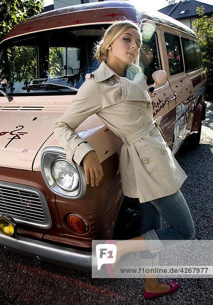 Frau neben alten Stil Auto