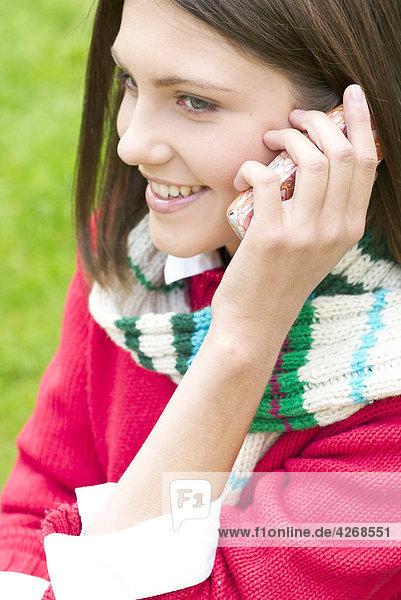 junge Frau auf Handy