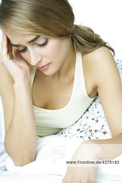 junge Frau junge Frauen Kopfschmerz