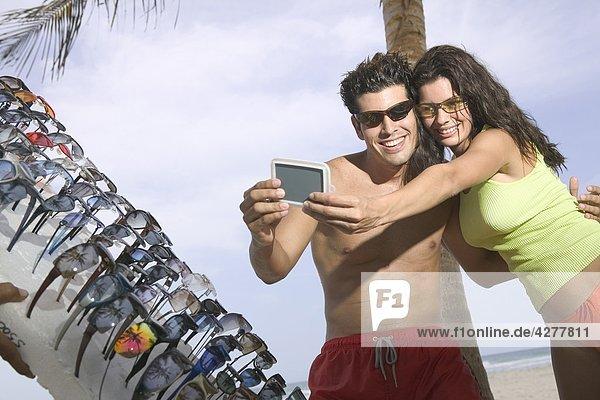 Paar versuchen auf Sonnenbrille
