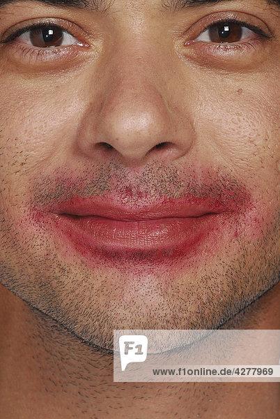 Mann mit Lippenstift um Mund