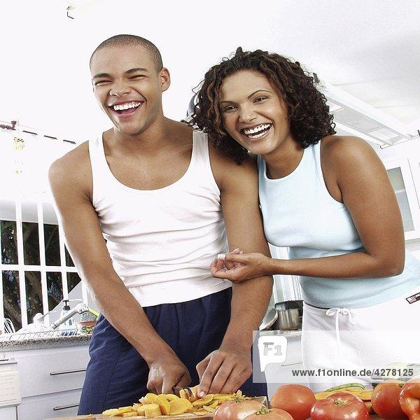Paar in der Küche Essen zubereiten