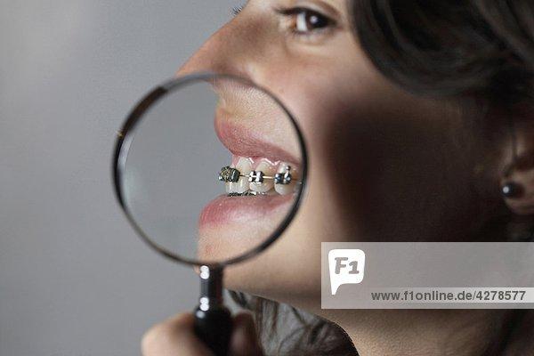 Teenagerin mit Objektiv auf den Mund