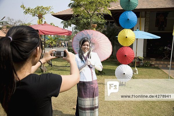 Thailand  Chiang Mai. Junge Frau posieren für ein Bild