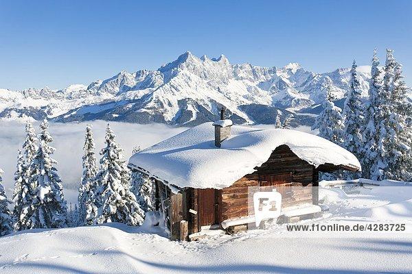 Berghütte vor Rossbrand und Dachstein  Dachsteingebirge  Salzburger Land  Österreich  Europa
