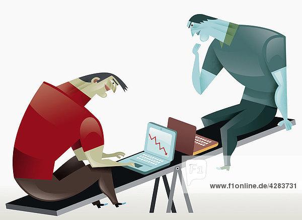 Zwei Geschäftsmänner mit Laptops auf einer Wippe
