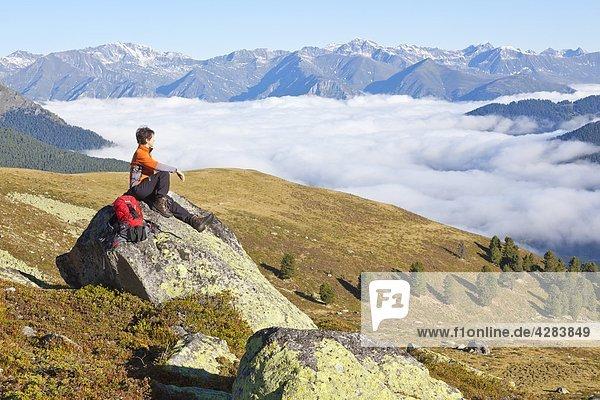 Frau beim Bergwandern  Nauderer Tschey  Ötztaler Alpen  Tirol  Österreich  Europa