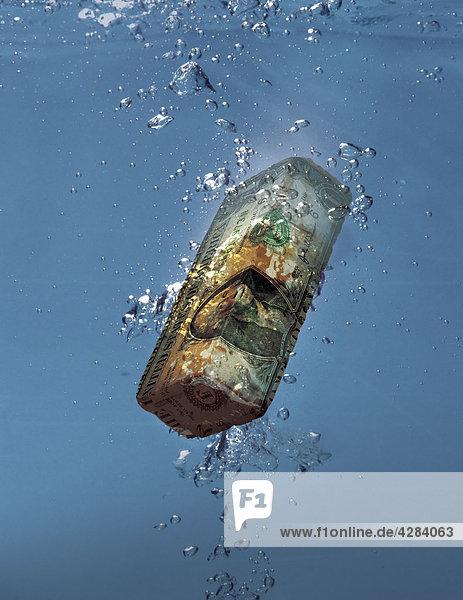 Dollarschein in Form eines Ziegelsteins versinkt im Wasser