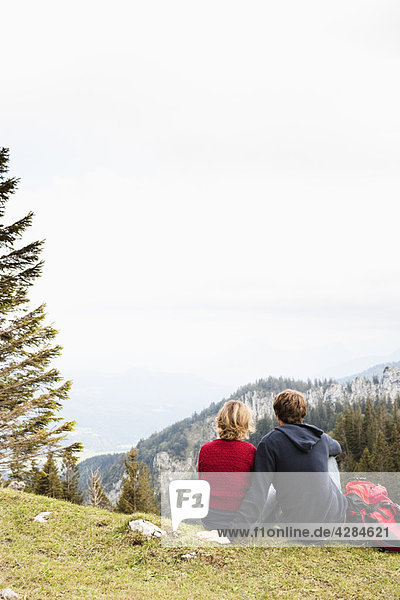Paar ruht auf dem Berg