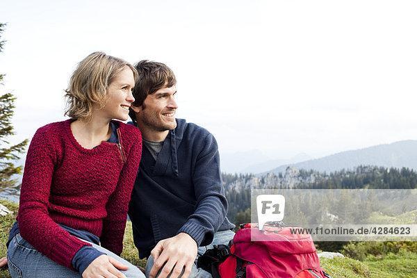 Paar beobachtende Landschaft am Berg