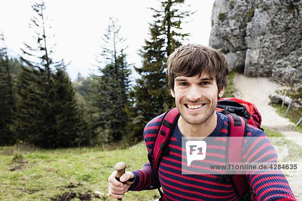 Mann auf dem Bergweg