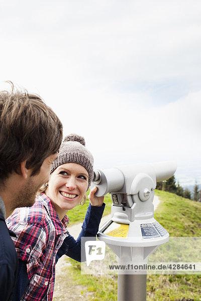 Paar mit Teleskop