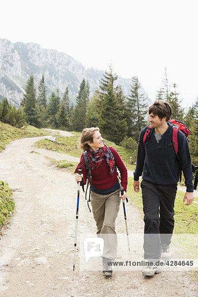 Pärchenwanderung auf dem Bergweg