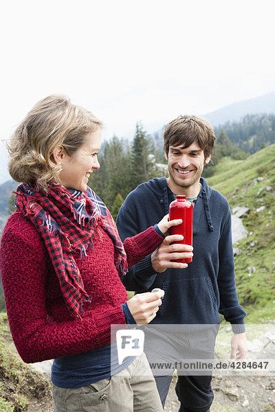 Mann bietet Frau Flasche